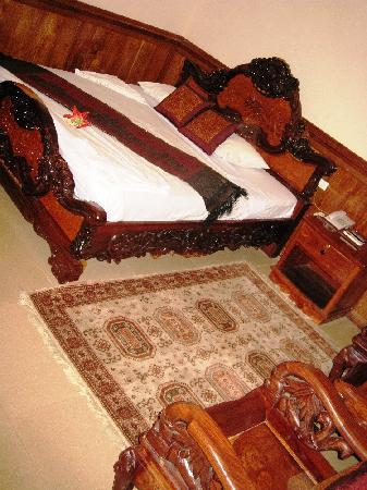 Banan Hotel: Hard bed, big furniture