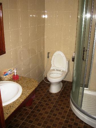 Banan Hotel: Bathroom with shower
