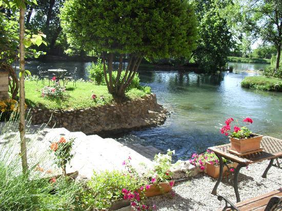 AgriRelais Villa Dei Mulini: Uno scorcio del giardino dove veniva servita la colazione