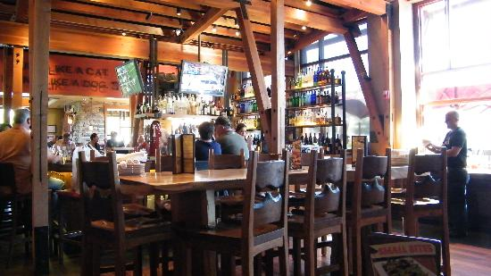 Lazy Dog Restaurant & Bar : interior
