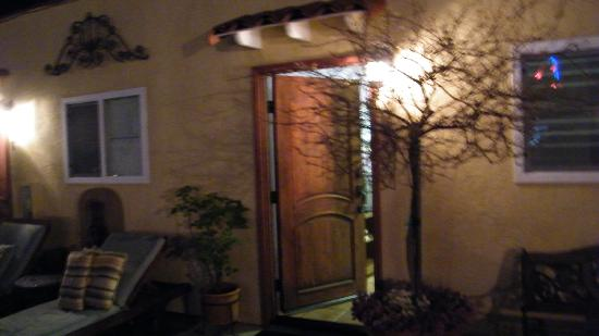 Leucadia Beach Inn: entrance to room