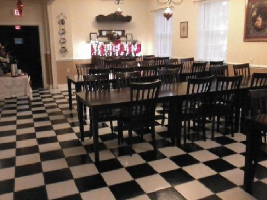 MacArthur Inn: Spacious dinning room