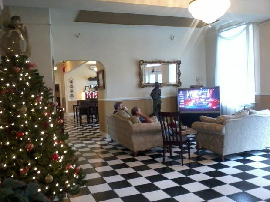 MacArthur Inn: Watching TV in the lobby