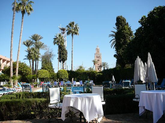 Hotel Chems : La piscine et le jardin de l'hôtel Chems
