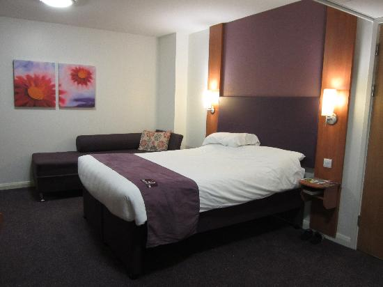 Premier Inn London Hanger Lane Hotel: Hab407-Cama de matrimonio