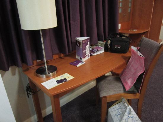 Premier Inn London Hanger Lane Hotel: Hab407-Escritorio