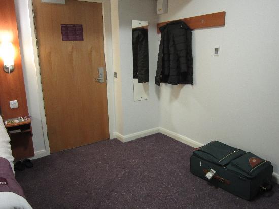 Premier Inn London Hanger Lane Hotel: Hab407-Percha y espejo