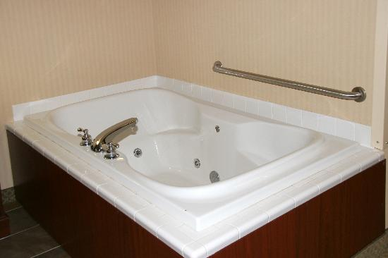 Comfort Inn Traverse City: king room with hot tub