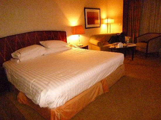 Sheraton Cairo Hotel & Casino: King Size Bed