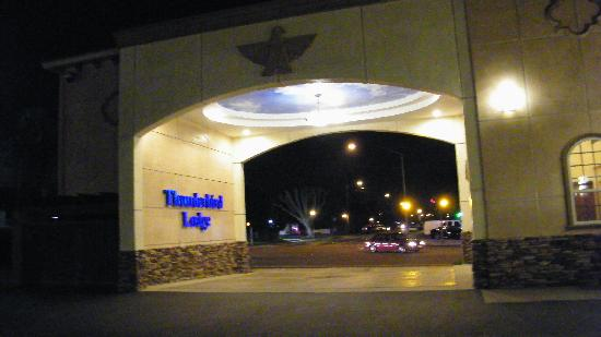 Thunderbird Lodge: entrance arch from inside parking area