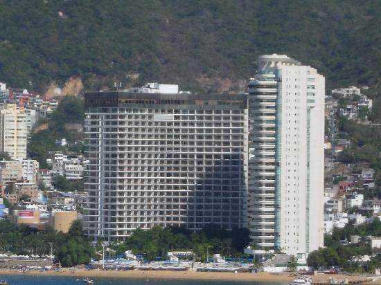 Grand Hotel Acapulco: vista de la bahia al hotel por la mañana