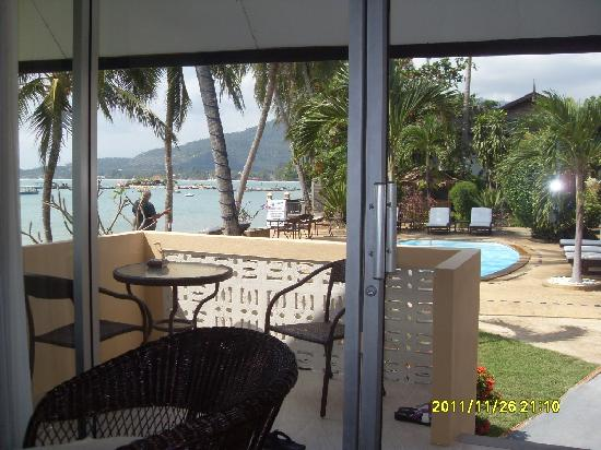 Weekender VIlla Beach Resort: This is from inside our bungalow looking west, toward the sunset view.