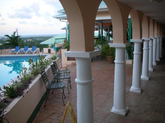 Runaway Bay Heart Hotel: entrée et piscine