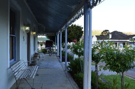 Centre-Ville Guest House: tasteful exteriors...wonder what the indian rickshaw is doing in franschhoek