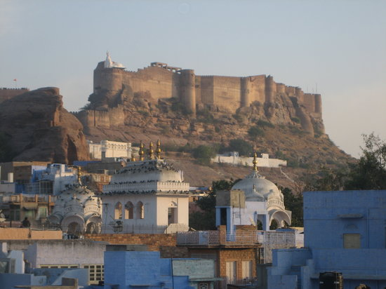 Juna Mahal Boutique Homestay: view of fort from rooftop rest.