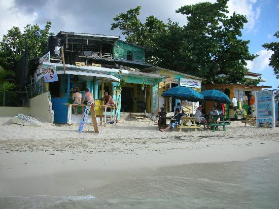 SuperClubs Rooms on the Beach Negril: le petit bar de plage... à la sortie de l'hôtel