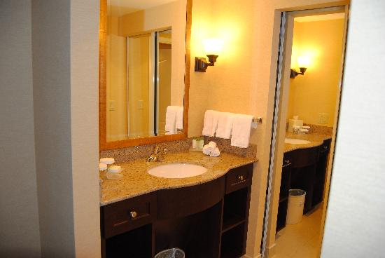 Homewood Suites by Hilton Toronto Airport Corporate Centre : Bathroom Counter