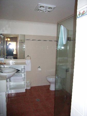 The Lawson Motor Inn: Large Clean Bathroom