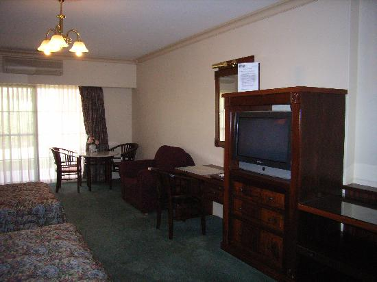 The Lawson Motor Inn: Lounge TV & Dining area