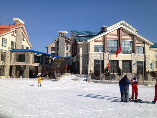 Club Med Yabuli : view from the bottom of the slopes, the club med