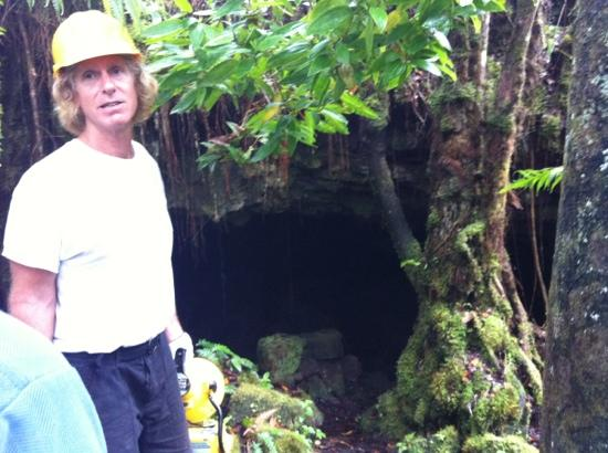 Kilauea Caverns of Fire: guide Steve at lava tube entrance