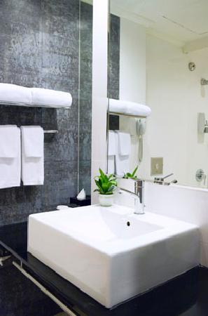 30 Bencoolen: Bathroom