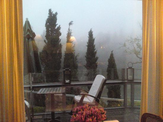 Hotel Estalagem St Hubertus: Vista do deck do café da manhã num dia chuvoso