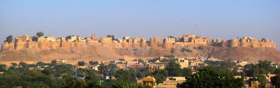 Hotel Golden Haveli: view of fort from terrace