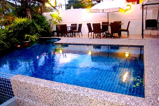 The Front Apartments: swimming pool