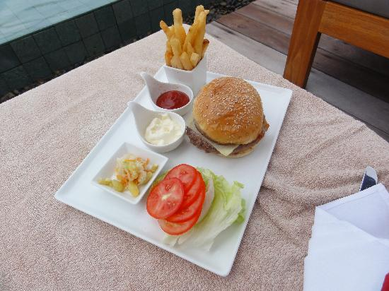 Hansar Samui Resort: Snacks by the pool