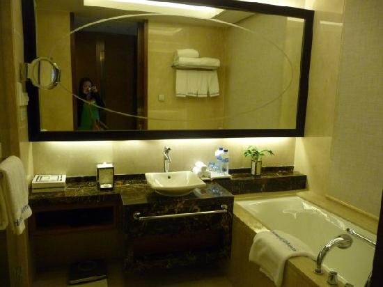 Howard Johnson New Port Resort Haikou : Bathroom