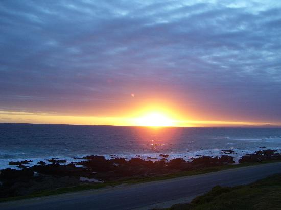 Dolphins View Guest House: Awesome sunsets that change by the moment!