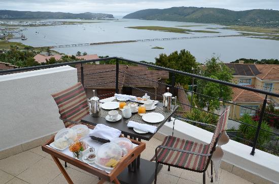 Villa Afrikana Guest Suites: Blick vom Balkon mit Frühstück