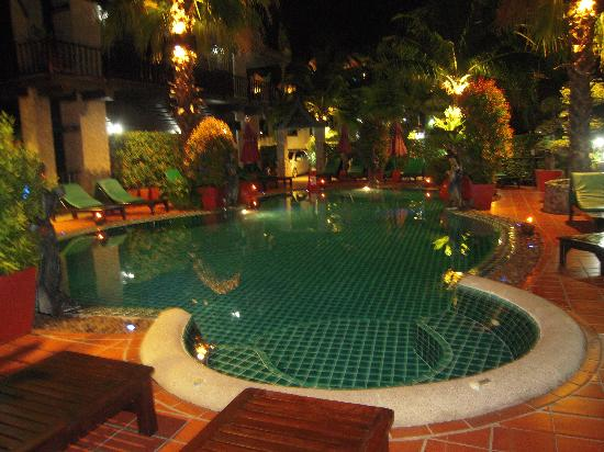 Boomerang Village Resort: Pool at night