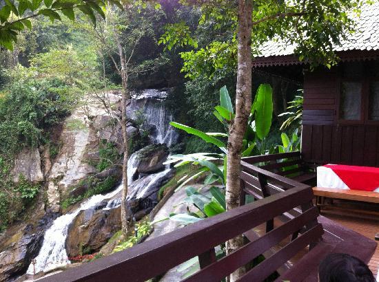 Kangsadarn Resort And Waterfall : น้ำตกติดห้องพัก (Waterfall view)