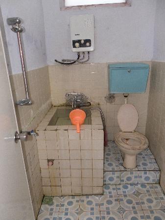 Catimore Homestay: Il bagno di una delle villette fuori dal complesso principale Catimore