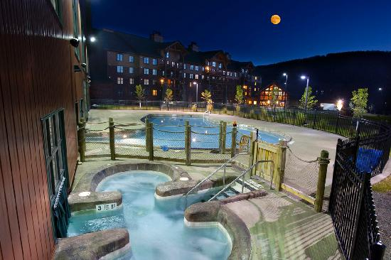 Hope Lake Lodge & Conference Center: Indoor and Outdoor Hot Tub