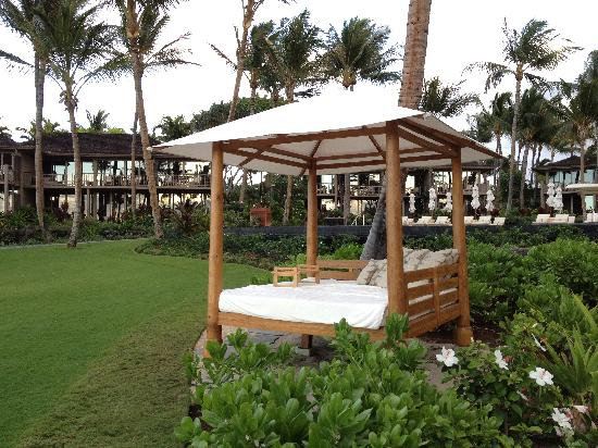 Four Seasons Resort Hualalai: Cabanas below Palm Grove Pool close to beach