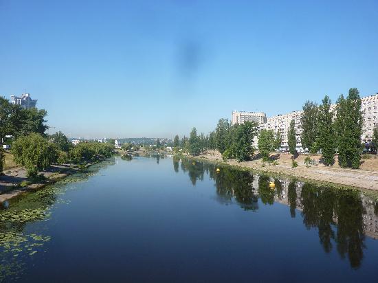 Slavutych Hotel: Blick auf Hotel vom Kanal aus