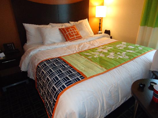 Fairfield Inn & Suites Toronto Mississauga: bed1