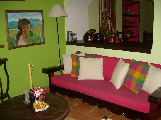 Casa Mia Suites Apartments: Living room