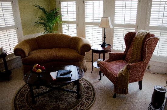 Oak Hill on Love Lane Bed & Breakfast: Our sunny sitting room in the Bobby Breese suite.