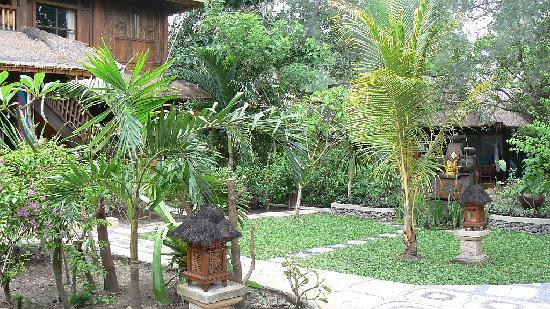 Alam Gili: Vista del jardin y uno de los bongalows