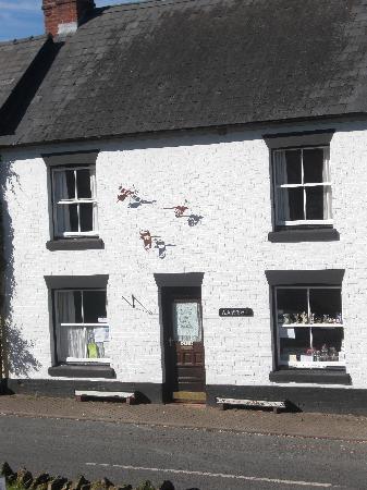 Weobley, UK: Broad Street shop with Sculpture