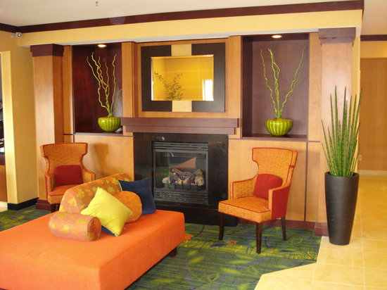 Fairfield Inn & Suites Fargo: Relax in our renovated lobby.