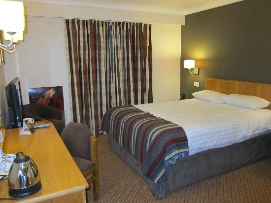 Village Hotel Wirral: Bedroom