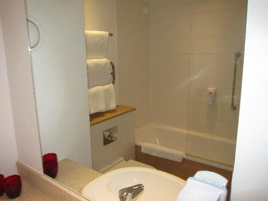 Village Hotel Wirral: Bathroom