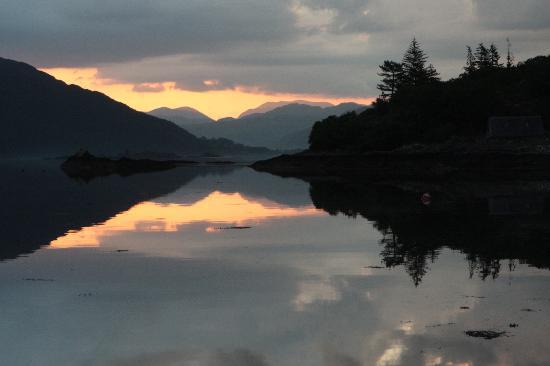 MacKenzie's B&B: 0400 view up the Loch