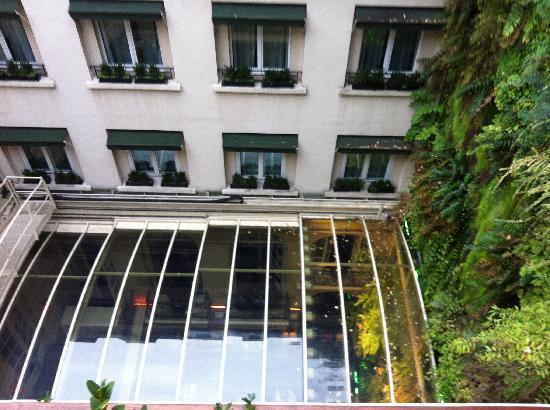 Hotel Pershing Hall: Vista do quarto para o vão central - abaixo o restaurante.