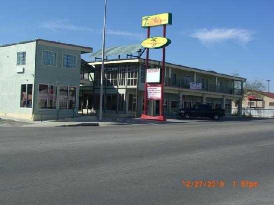 Whispering Palms Inn: Front View